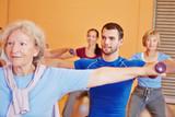 Mann in Rückenkurs im Fitnesscenter