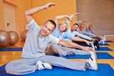 Fototapety Gemeinsamer Seniorensport im Fitnesscenter