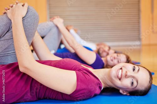 Lachende Frau beim Sportkurs