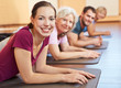 Gruppe trainiert im Fitnesscenter
