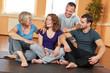 Lachende Gruppe redet im Fitnesscenter