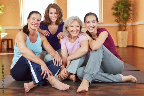 Lachende Frauen im Sportkurs