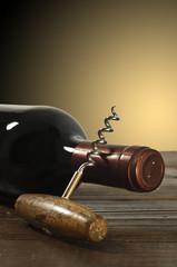 bottiglia di vino rosso con cavatappi