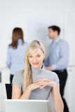geschäftsfrau mit kollegen im büro
