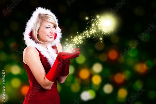 junge blonde Weihnachtsfrau mit Sternchenlicht