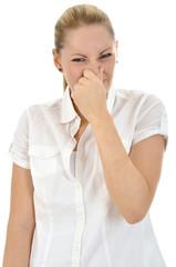 Junge Frau hält sich Nase zu