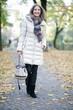glückliche Frau geht an einem Herbsttag spazieren