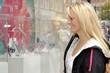 Junge Frau beim Schaufensterbummel