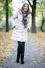 lachende Frau geht spazieren