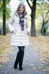 Frau geht im Park spazieren