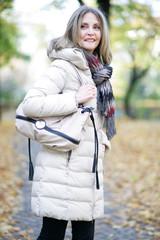 Frau geht an einem schönen Herbsttag spazieren im Wald
