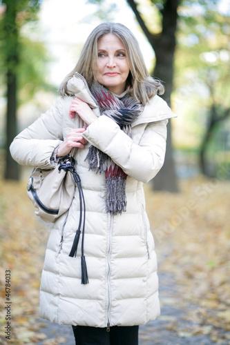 ältere Dame im Wald