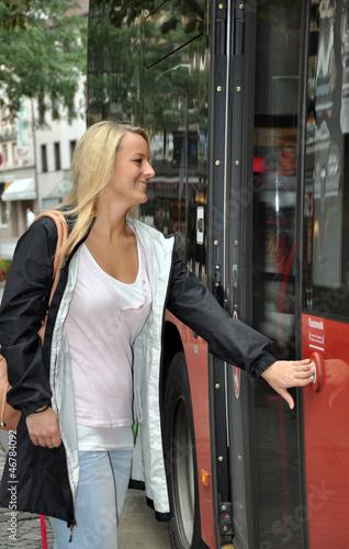 Junge Frau steigt in Linienbus