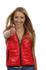 Hübsche junge Frau in roter Weste mit Daumen nach oben