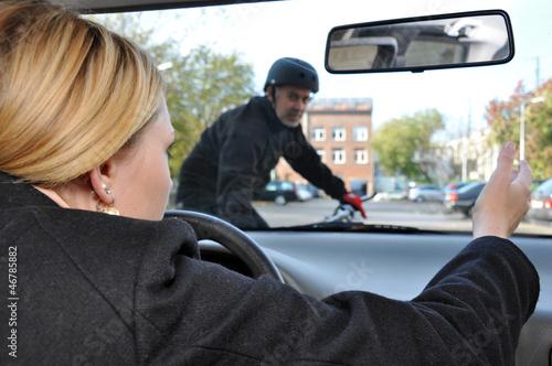 Leinwandbild Motiv Autofahrerin gefährdet Radfahrer
