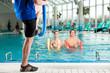 Fitness - Gymnastik unter Wasser im Spa