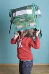 Schulkind sucht etwas in seinem Schulranzen