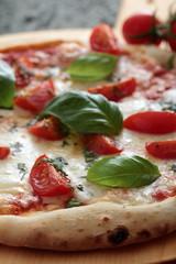 pizza margherita con pomodoro fresco e basilico