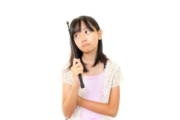 指示棒を持ち不安そうな表情を浮かべる女の子