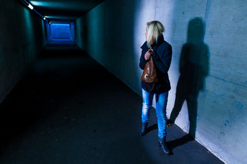 Frau im Tunnel hat Angst