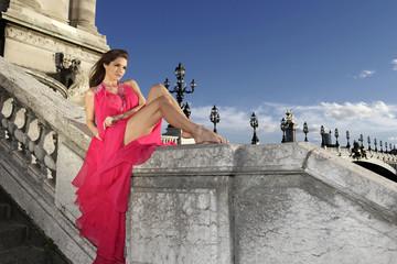 Jeune femme en robe haute couture sur le Pont Alexandre 3