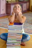 Studentin mit einem Stapel Bücher und Computer