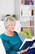 entspannte seniorin liest ein buch