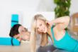 lächelnde frau beim fitnesstraining