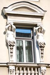 Fenster mit Skulpturen