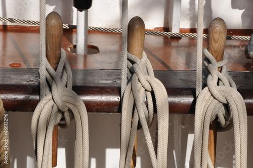 Nagelbank für Seile auf Segelschiff - 46813296