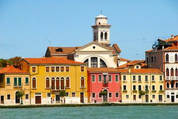 maisons colorées du canal de la Giudecca à Venise