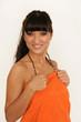 Attraktive Frau im orange Handtuch nach einem Bad