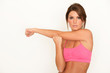 Hübsche Fitnesstrainerin dehnt sich