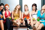 Frauen in einem Club oder einer Disco mit Cocktails