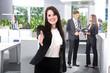 Junge Geschäftsfrau begrüßt freundlich lächelnd im Büro
