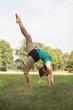 portrait einer jungen schönen akrobatischen Frau im Freien