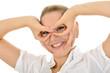 Junge Frau formt Finger zu Brille