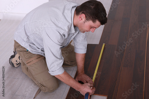 Man using a measuring tape