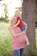 junge schwangere frau im grünen