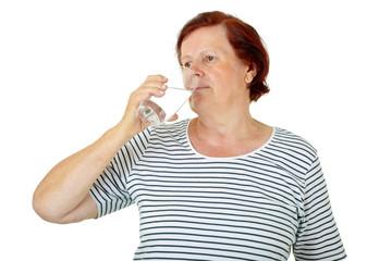 Seniorin trinkt Wasser