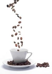 Composición con granos de café cayendo
