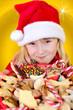Kleinkind als Weihnachtsmann mit Weihnachtsteller
