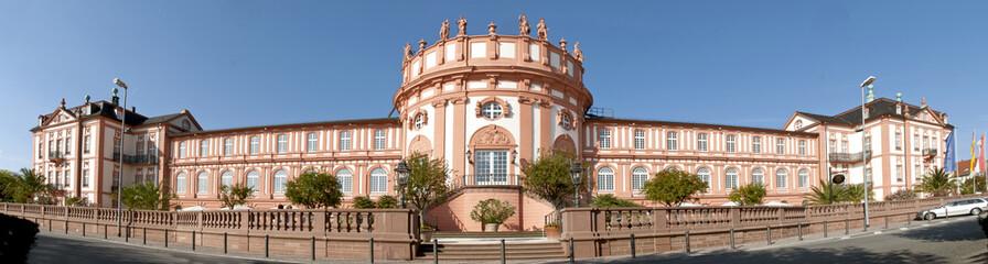 Weitwinkel-Panorama des barocken Biebricher Schlosses