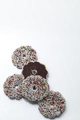 Ein paar Schokoladenringe mit bunten Zuckerstreuseln
