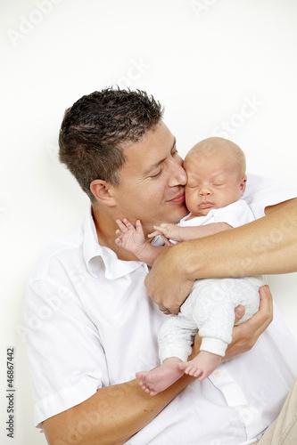 junger vater mit seinem sohn / baby