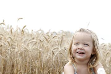 kleines mädchen spielt im getreidefeld