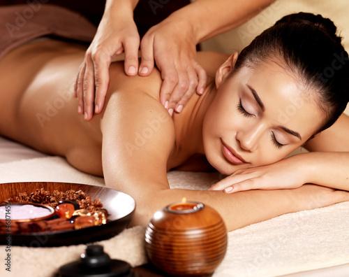 Kobieta o masaż w salonie spa