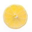Scheibe einer Zitrone auf weißem Hintergrund