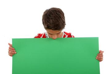 Junge schaut auf Plakat