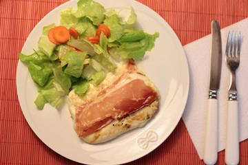 piatto con mozzarella speck e insalata